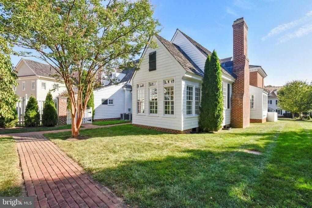 a white house for rent in vienna va